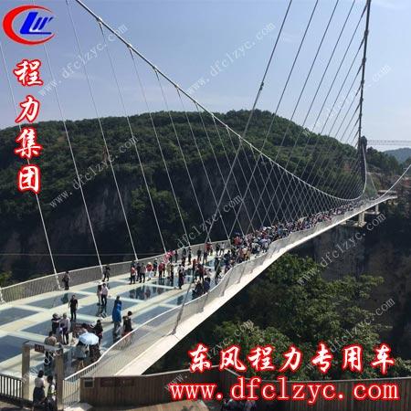 世界第一座投入使用的全透明高空玻璃桥全景照