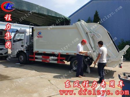 湖北程力东风大多利卡压缩垃圾车正在进行质检