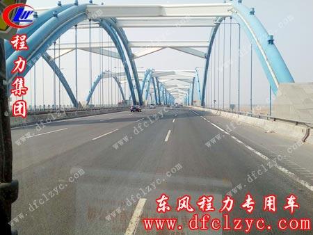 上图为东风大多利卡送车途中过桥俯瞰画面