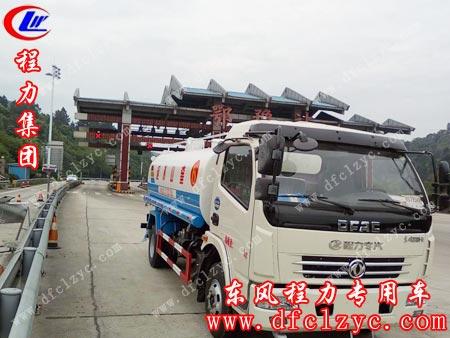 上图为东风大多利卡洒水车途径鄂豫高速公路收费站