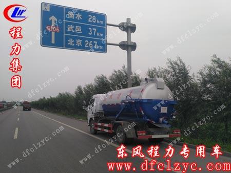 东风大多利卡吸污车在开往北京的高速路上