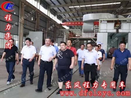 程阿罗总经理(右三)、常务副总经理程国强(左一)陪同随州市副市长吴超明(左四)视察标准化油漆生产线车间现场