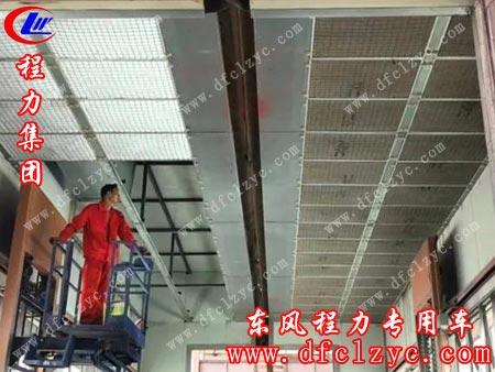 不顾烈日酷暑,工人在高温环境下抢抓时间更换油漆生产线车间的石棉滤网与活性炭吸尘吸污系统,为建设友好环境和蓝天绿水贡献出自己的一份热一份光