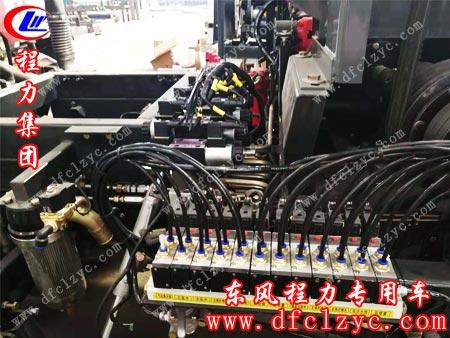 程力车间正在生产的洗扫车细节图