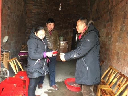 程力集团销售主管为贫困户送去礼品和三百元慰问金
