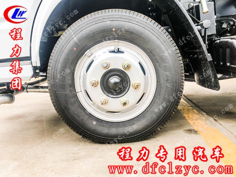 湖北程力专用汽车有限公司生产的5方东风小多利卡洒水车轮胎